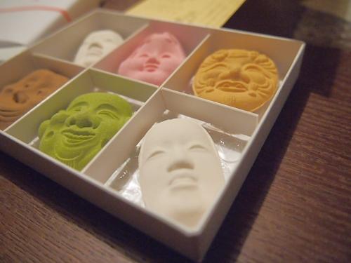 P1041797 ハイセンスな能面のお菓子。京都長久堂の花面