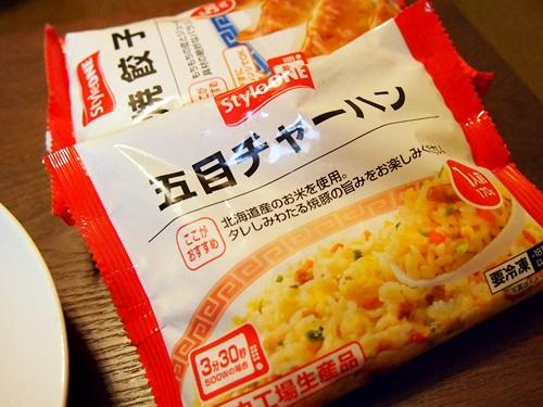 P3194284 春休みのチョイ楽昼食に、コンビニ冷凍100円チャーハン(セブンイレブン編)