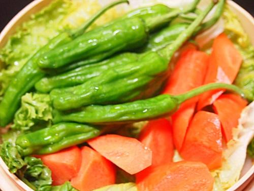 P6247013 野菜が蒸せた♪(じゃがいも、ししとう、ニンジン)