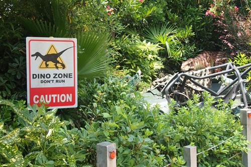 ジュラシックパークエリアで恐竜に遭遇する恐怖
