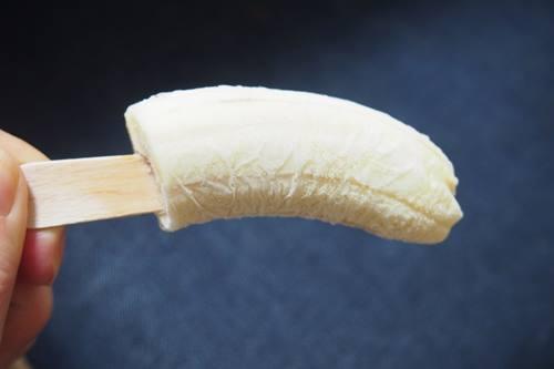 P7226960 バナナに棒を差して凍らせる