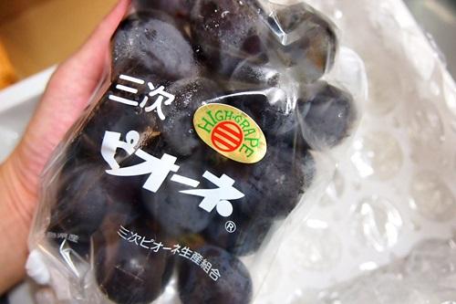 P7260341 広島県産、黒い真珠「三次ピオーネ」ブドウ