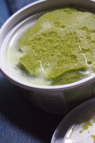 P7310900 セブンイレブンの練乳氷が旨いそうなのでイチゴと抹茶食べた