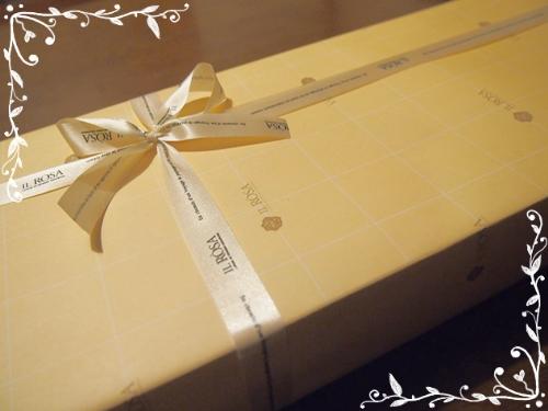 PC070725 バラの形のサブレを贈って、ありがとう。や、おめでとうを伝えるのはいかが