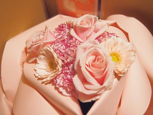 PC241271 結婚記念日に美しく上等なお花の花束を贈る