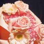 結婚記念日に美しい花束を贈る