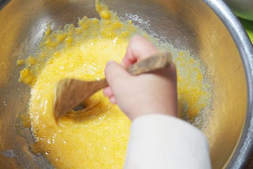 卵黄とグラニュー糖をよく混ぜる