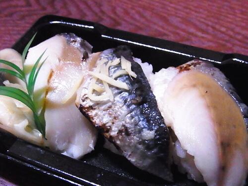 R1157775 ローソンの寿司「お好みにぎり 3カン」炙り〆さばと秋刀魚