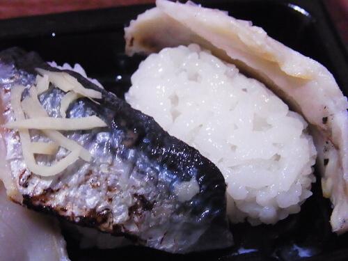 R1157777 ローソンの寿司「お好みにぎり 3カン」炙り〆さばと秋刀魚