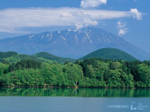 御所湖と岩手山